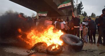Suriyeliler M4 karayolunda devriye atan Rus askerlerini protesto etti
