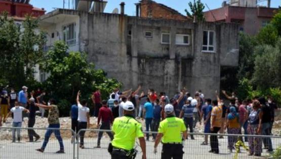 Karantina süresi uzatılan mahalleli polisi taşladı