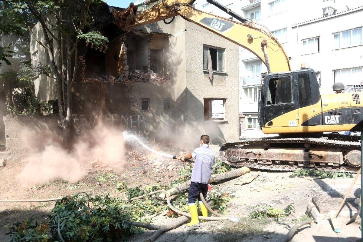 Bandırma da metruk evler yıkılıyor