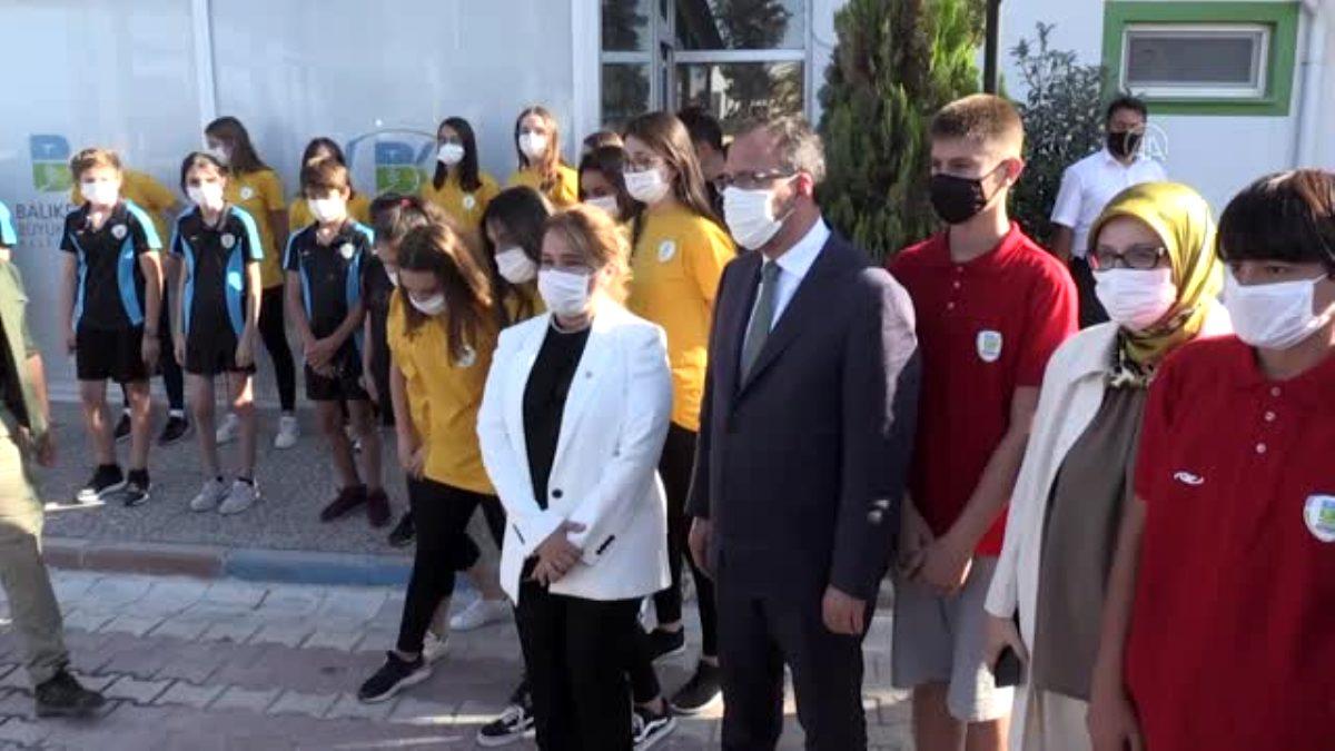 Gençlik ve Spor Bakanı Kasapoğlu, maske takmayanlara maske verdi, uyarılarda bulundu