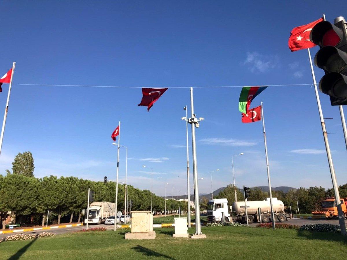 Kepsut un girişine Türk ve Azerbaycan bayrağı asıldı