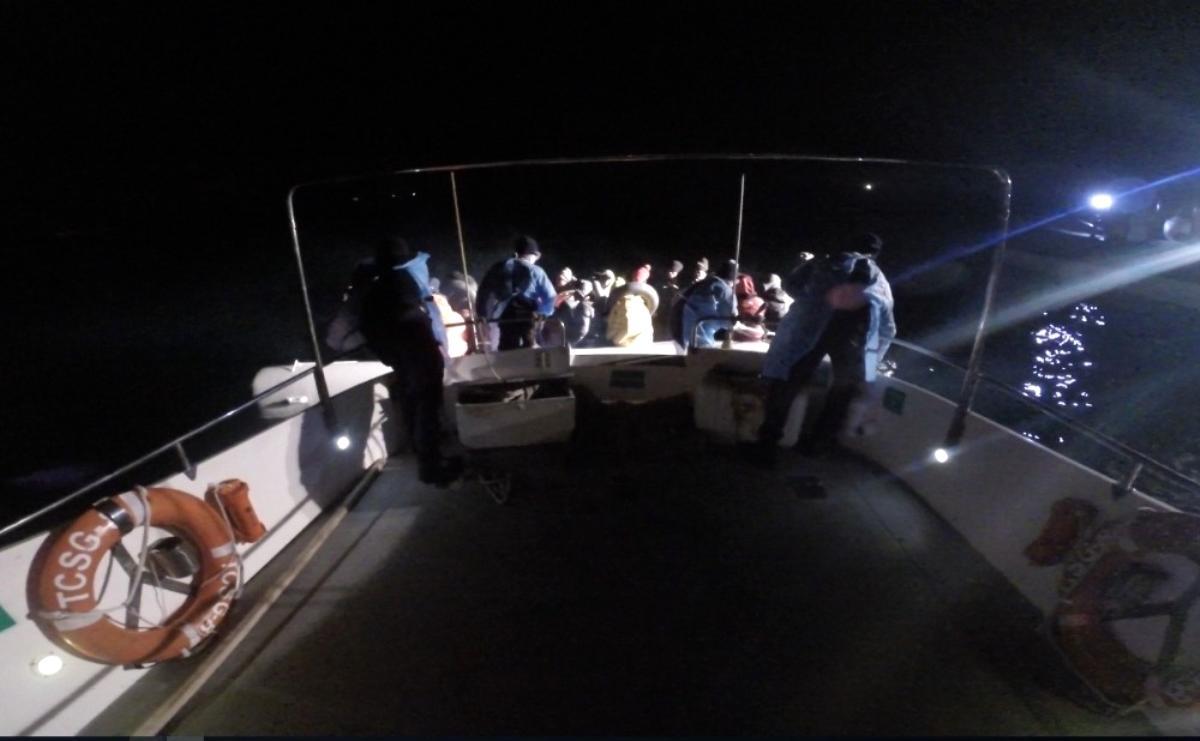 Ayvalık ta Türk karasularına itilen 37 göçmen kurtarıldı
