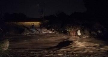 İzmir'de hafif ticari araç sel sularına kapıldı: 5 kişiden 2'si kayıp