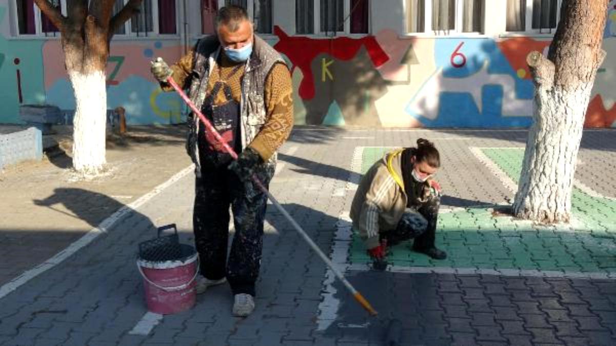 Okul duvarlarını gönül gözüyle renklendiriyor
