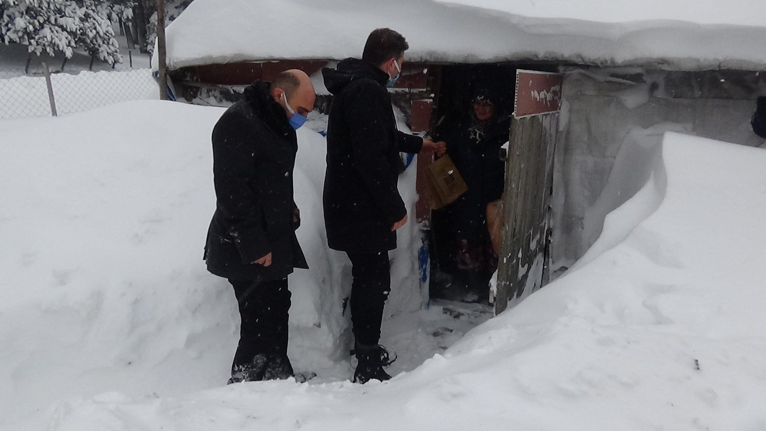 Dağ evlerinde mahsur kalan 30 kişi kurtarıldı