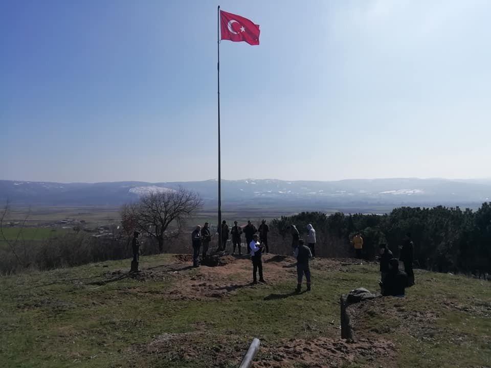 Manyaslı Muhtar, dev Türk bayrağını göndere çekti