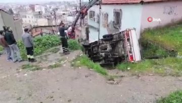 Yokuş aşağı kayan kamyonet dar sokağa uçtu