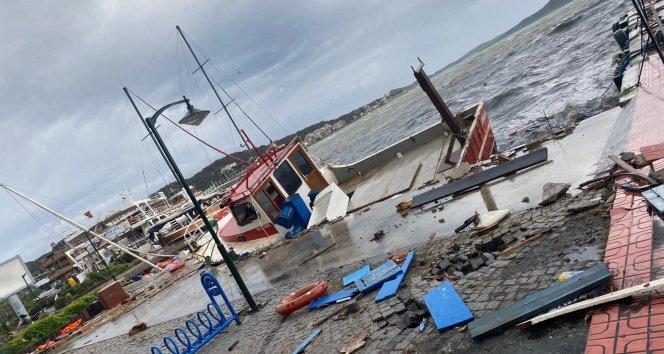 Ayvalık'ta fırtına onlarca tekneyi batırdı, bir kişi batan tekneden denize böyle düştü