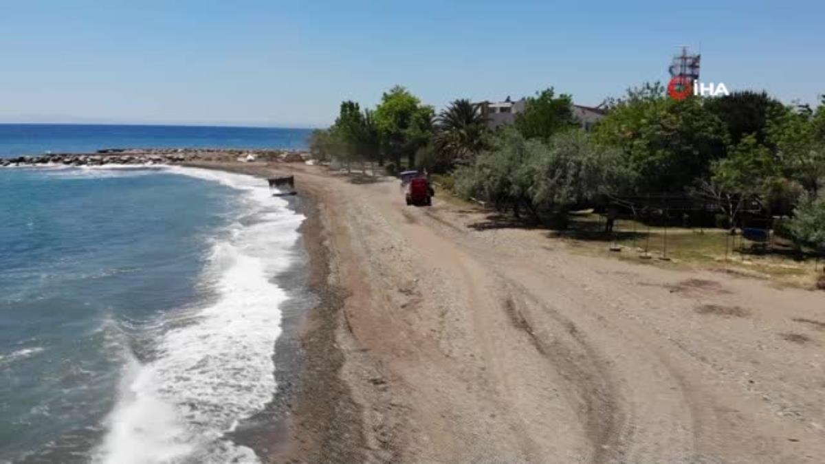 Tam kapanmayı fırsata çevirip plajları temizliyorlar