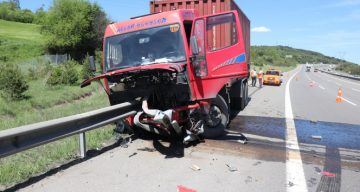 TEM'de kamyon bariyere ok gibi saplandı: 1 yaralı