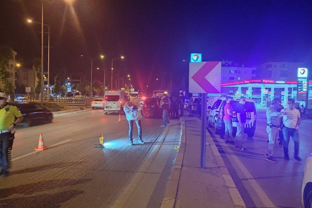 Trafik magandası kendisi uyaran otomobile 16 el ateş etti: 1 yaralı