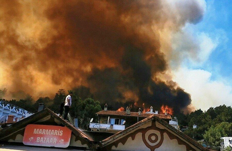 Bir orman yangını da Marmaris'te: Yerleşim yerlerini tehdit ediyor