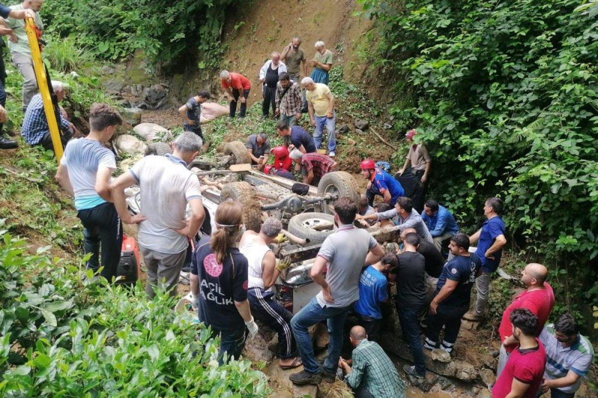 Rize'de çay yüklü kamyonet dereye yuvarlandı: 5 yaralı